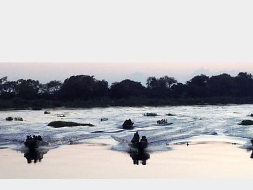 Militares em exercício no Rio Paraguai