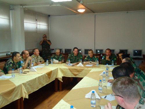 Representantes da Força-Tarefa Marítima da UNFIL e da Marinha do Líbano durante reunião
