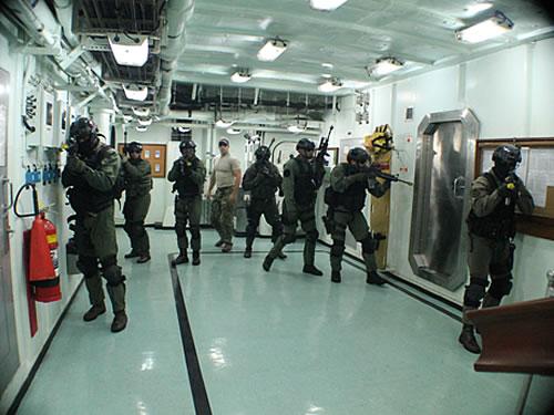 """Adestramento de retomada de navio seqüestrado no interior da Fragata """"Constituição"""""""