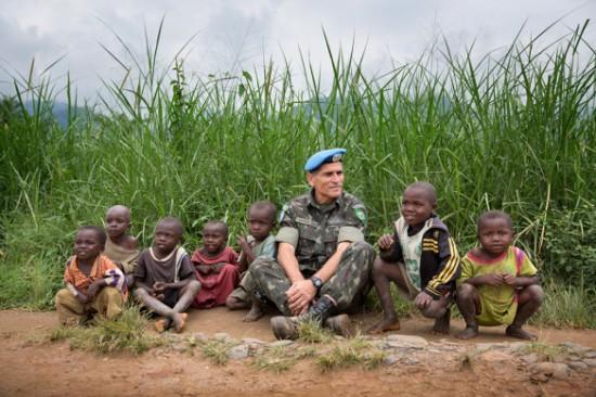 Gen Santos Cruz e crianças