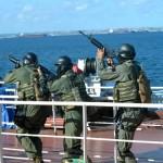 Mergulhadores de Combate da Marinha do Brasil simulam resgate de navio sequestrado