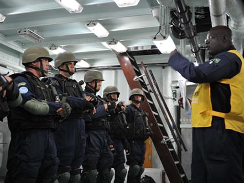"""Militar do CAAML realiza adestramento na Fragata """"Constituição"""""""