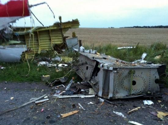 17jul2014---imagens-mostram-os-destrocos-do-voo-mh17-da-malaysia-airlines-que-caiu-com-295-pessoas-a-bordo-na-ucrania-na-regiao-de-fronteira-com-a-russia-1405618480851_1024x764