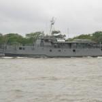 """Navio-Transporte Fluvial """"Paraguassu"""" presta apoio à embarcação do Exército Brasileiro"""