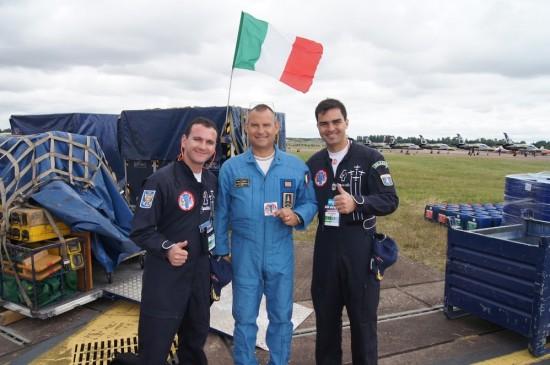 Pilotos da Fumaça com integrante da Frecce Tricolori