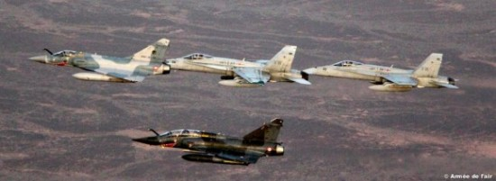 caças-Mirage-2000-e-F-18-no-Dijibouti-foto-2-Força-Aérea-Francesa-580x212