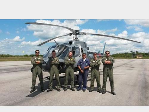 Aviadores do EsqdHU-3 durante missão em Porto Velho