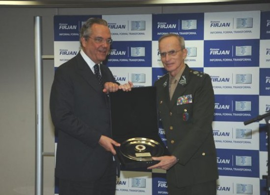 Comandante-do-Exercito-recebe-homenagem-3