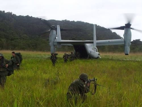 "Fuzileiros Navais desembarcam do ""Osprey"" na Ilha da Marambaia"