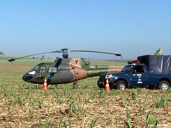 Helicóptero fez pouso de emergência em canavial de Descalvado Foto Reginaldo dos Santos EPTV
