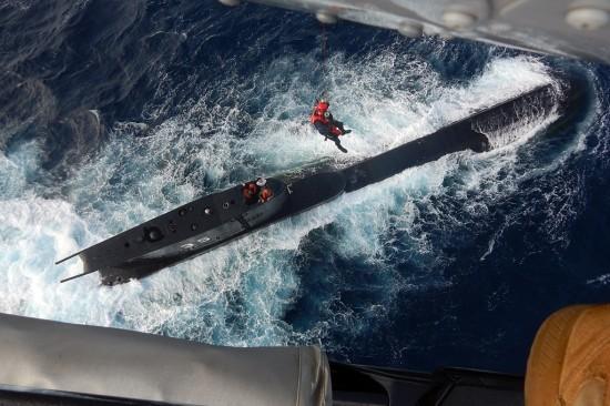 Helicoptero de la Armada Nacional rescata submarisnista Peruano