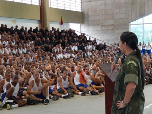 Militar da Marinha do Brasil em palestra aos alunos do C-FSD-FN