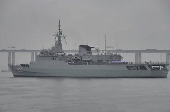 """Navio-Escola """"Brasil"""" desatraca da Base de Hidrografia da Marinha em Niterói"""