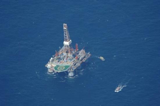 """Navio-Patrulha Oceânico """"APA"""" em direção ao barco pesqueiro"""