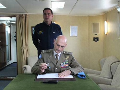 O Comandante de Força da UNIFIL assina o Livro do Navio