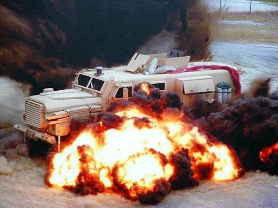 """Os chamados MRAPs (sigla de """"mine-resistant ambush protected"""", resistente a minas e emboscadas) são caminhões capazes de suportar explosões de minas e artefatos improvisados. Também resistem a tiros de armas leves."""
