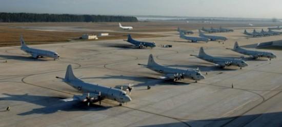 P-8A-e-P-3C-no-pátio-em-Jacksonville-Flórida-foto-USN-580x263