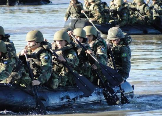 S Ten Pacheco Tropas Argentinas e Brasileiras remam lado a lado no cruzamento do rio Santa Maria