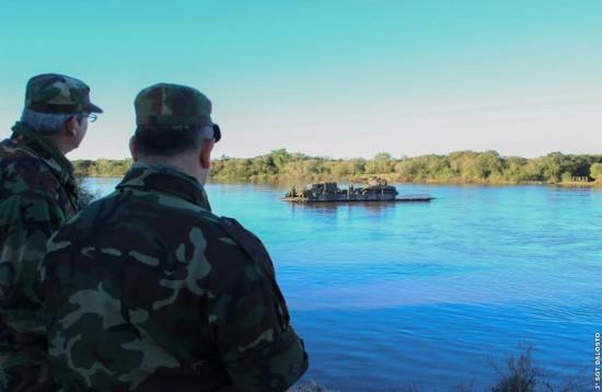 Sgt Dalosto  Oficiais argentinos observam o emprego da Ribbon Bridge