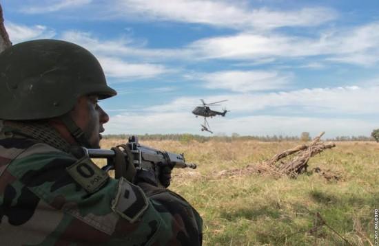 Sgt Dalosto Tropa Argentina executa proteção do transporte de peça de Artilharia