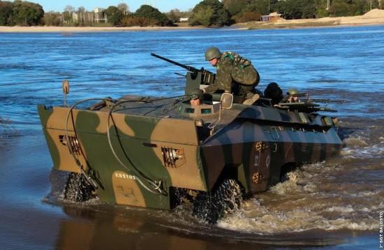 Sgt Dalosto  Viatura Urutu chega às margens do Rio Santa Maria