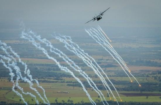 lançamento de Flares e manobra evasiva pelo C-105 Foto Sgt Batista.2