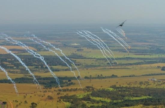 lançamento de Flares pelo C-105 Foto Sgt Batista.3