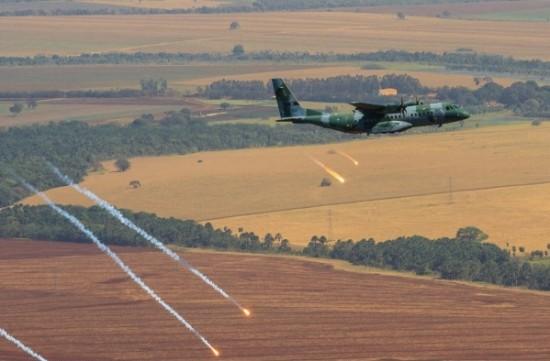 lançamento de Flares pelo C-105 Foto Sgt Batista