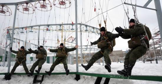 militares-russos-fazem-treinamento-de-paraquedismo-em-escola-militar-proximo-a-moscou-na-russia-1332326860131_956x500