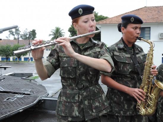 A flautista Joyce Souza, 26 anos, diz que é uma grande responsabilidade integrar a primeira turma de mulheres do Curso de Sargento Músico.