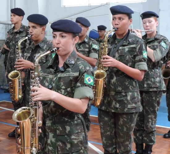 A saxofonista Carolyne Gonze, 22 anos, sempre quis conciliar a música com o serviço militar Como Sargento Músico, vou unir minhas duas vocações  diz ela Foto Flávia Ribeiro