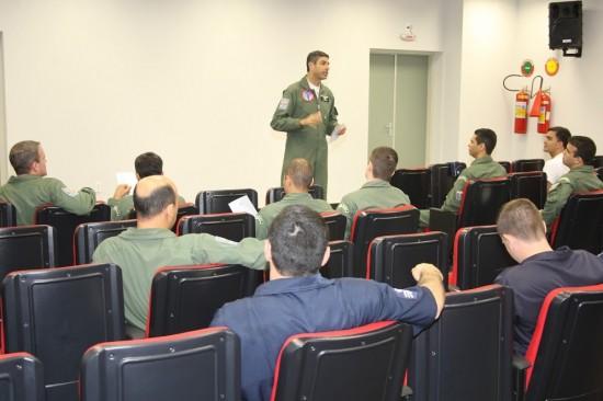 AT3T2425 Comandante do EDA, Ten Cel Gobett, apresenta detalhes da missão no briefing