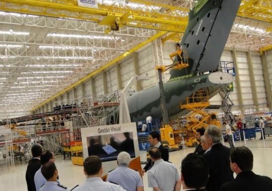 DESTAQUE-foto-FACh-KC-390-visita-do-comandante-da-Força-Aérea-do-Chile-à-Embraer-580x408