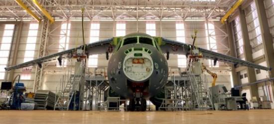 KC-390-em-construção-já-com-asas-foto-Embraer-580x264