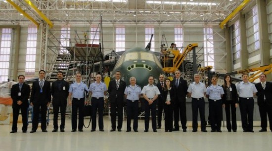 KC-390-visita-do-comandante-da-Força-Aérea-do-Chile-à-Embraer-foto-2-FACh-580x322