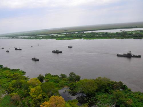 Marinha do Brasil e Armada Boliviana em formatura no Rio Paraguai