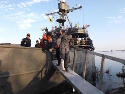 """Militar boliviano desembarcando do Monitor """"Parnaíba"""""""