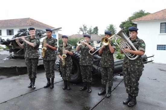 O Exército Brasileiro tem cerca de 198.000 militares, sendo 5.464 mulheres. Acima, as seis primeiras aprovadas no Curso de Sargento Músico Foto Flávia Ribeiro