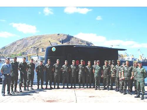 """Oficiais da EsAO após a visita ao Submarino """"Tikuna"""""""