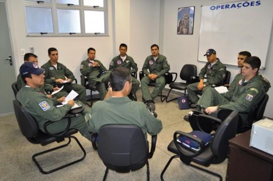 Pilotos realizam briefing sobre os voos da missão