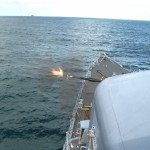 """Fragata """"Niterói"""" realiza exercício de Apoio de Fogo Naval sobre a Ilha da Sapata"""