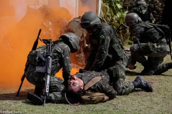 simulação conjunta de resgate médico a feridos em combate