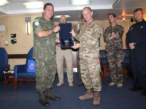Alte Bombarda oferece o brasão da MTF ao Major General Adrian Foster