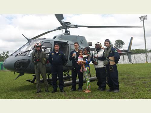 """Militares da Marinha socorrem criança durante """"Operação Amazônia 2014"""""""
