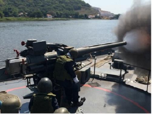 Navio executa tiro com o canhão de 76,2 mm