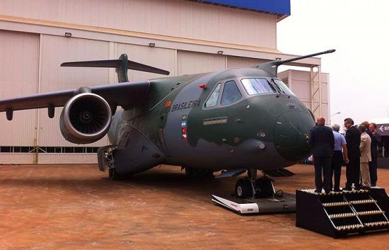 O momento da apresentação da aeronave KC390 no hangar de Gavião Peixoto (SP)