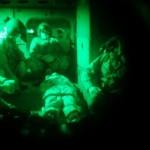 Militares do curso de busca e salvamento treinam socorro a vítimas com uso de óculos NVG