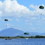 Militares da Brigada de Infantaria Paraquedista fazem salto de treinamento em Normandia, RR