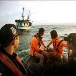 """Navio Hidroceanográfico """"Cruzeiro do Sul"""" resgata tripulantes do barco pesqueiro """"AKIRA VII"""""""