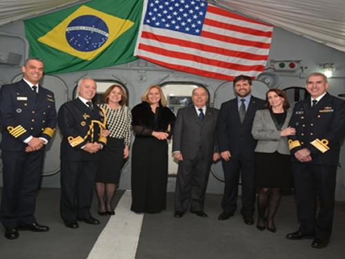 """Autoridades civis e militares durante a recepção no Navio-Escola """"Brasil"""""""